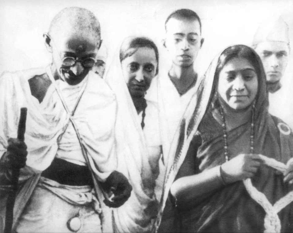 Black and white photo of Mahatma Gandhi, Mithuben Petit and Sarojini Naidu during the Salt Satyagraha of 1930