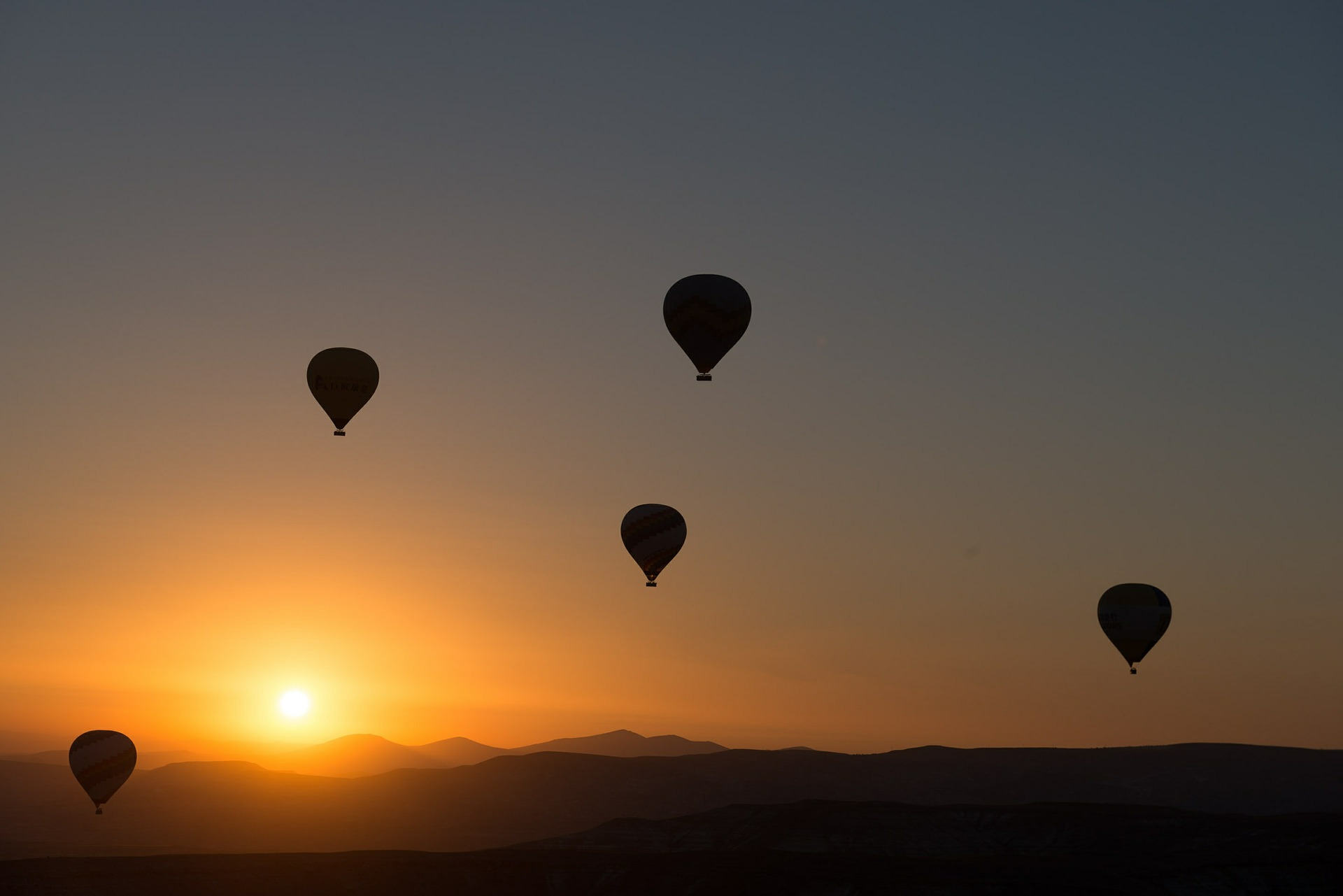hot-air-ballooning-436442_1920